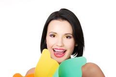 Attraktive junge Frau, die mit buntem Make-up und Windmühle lächelt Stockbilder
