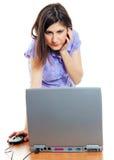 Attraktive junge Frau, die mit dem Computer arbeitet Stockbild