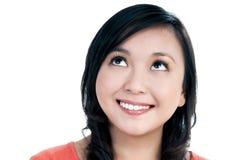 Attraktive junge Frau, die oben schaut Stockbilder
