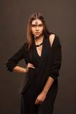 Attraktive junge Frau, die schönes Kleid trägt lizenzfreies stockbild