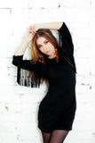 Attraktive junge Frau, die schönes Kleid trägt stockfotografie