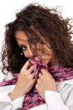 Attraktive junge Frau, die schüchtern lächelt Stockbild