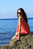 Attraktive junge Frau, die Sommerferien genießt Stockfotografie