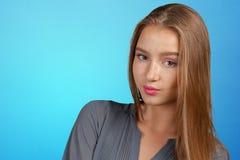Attraktive junge Frau, die tief denkt lizenzfreies stockfoto