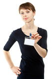 Attraktive junge Frau, die unbelegtes Abzeichen zeigt Stockbild