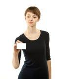 Attraktive junge Frau, die unbelegtes Abzeichen zeigt Stockbilder