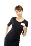 Attraktive junge Frau, die unbelegtes Abzeichen zeigt Stockfoto