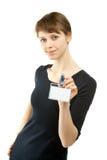 Attraktive junge Frau, die unbelegtes Abzeichen zeigt Lizenzfreies Stockfoto
