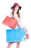 Attraktive junge Frau, die viele Einkaufstaschen und das Lächeln hält Lizenzfreies Stockbild