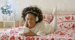 Attraktive junge Frau, die am Weihnachten sich entspannt Lizenzfreies Stockfoto