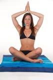 Attraktive junge Frau, die Yoga tut stockfotos