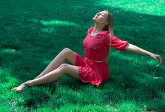 Attraktive junge Frau draußen Lizenzfreies Stockbild