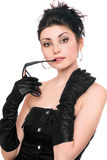 attraktive junge Frau in einem schwarzen Kleid Stockbild