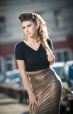Attraktive junge Frau in einem städtischen Modeschuß Lizenzfreie Stockfotos