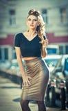 Attraktive junge Frau in einem städtischen Modeschuß Stockfotos