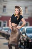 Attraktive junge Frau in einem städtischen Modeschuß Stockbilder