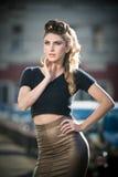 Attraktive junge Frau in einem städtischen Modeschuß Stockfoto