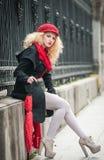 Attraktive junge Frau in einem Wintermodeschuß. Schönes junges Mädchen mit rotem Regenschirm in der Straße stockbild