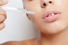 Attraktive junge Frau erhält kosmetische Einspritzung Stockbilder
