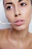 Attraktive junge Frau erhält kosmetische Einspritzung Lizenzfreies Stockfoto