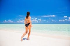 Attraktive junge Frau genießt maledivischen Strand Lizenzfreies Stockfoto