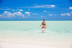 Attraktive junge Frau genießt maledivischen Strand Stockbild