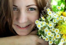 Attraktive junge Frau im Bikini, der auf dem Poolside liegt und an der Kamera lächelt lizenzfreies stockbild