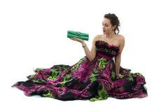 Attraktive junge Frau im eleganten schwarzen Kleid Lizenzfreie Stockfotografie