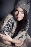 Attraktive junge Frau im gemütlichen Kleidungsitzen Lizenzfreie Stockfotos