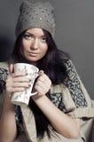 Attraktive junge Frau im gemütlichen Kleidungsitzen Lizenzfreie Stockfotografie