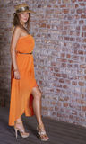 Attraktive junge Frau im orange Kleid lizenzfreies stockfoto