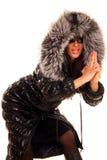 Attraktive junge Frau im Pelzmantel, werfend auf Stockfoto