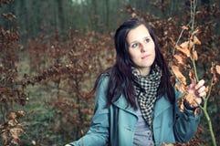 Attraktive junge Frau im Wald lizenzfreies stockfoto