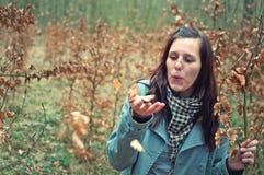 Attraktive junge Frau im Wald stockfotografie