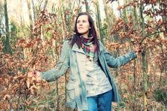 Attraktive junge Frau im Wald stockfotos