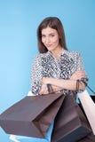 Attraktive junge Frau ist bereit, alles zu kaufen Stockbild