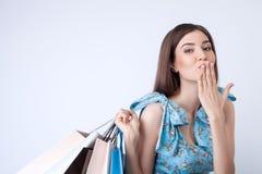 Attraktive junge Frau ist gehender Einkauf mit Stockbilder