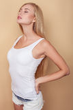 Attraktive junge Frau liegt beim Vergnügen Stockbild