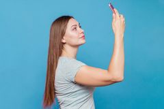Attraktive junge Frau macht selfie lizenzfreies stockfoto