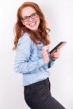 Attraktive junge Frau mag, was sie auf dem Smartphone sieht Lizenzfreies Stockfoto