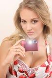 Attraktive junge Frau mit Digitalkamera stockfotografie