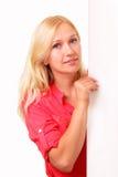 Attraktive junge Frau mit einem Blatt Papier Stockbilder