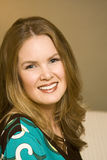 Attraktive junge Frau mit einem Lächeln Stockfotos