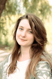 Attraktive junge Frau mit einem unterhaltenen Lächeln lizenzfreie stockfotos