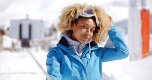 Attraktive junge Frau mit einer modernen Afrofrisur Lizenzfreies Stockbild