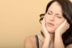 Attraktive junge Frau mit einer schmerzlichen Zahnschmerzen lizenzfreie stockfotografie