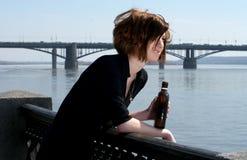 Attraktive junge Frau mit Flasche Lizenzfreie Stockfotografie