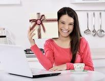 attraktive junge Frau mit Geschenkboxen Stockfotos