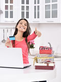 Attraktive junge Frau mit Geschenkkästen stockfoto
