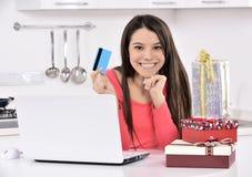 Attraktive junge Frau mit Geschenkkästen stockfotos